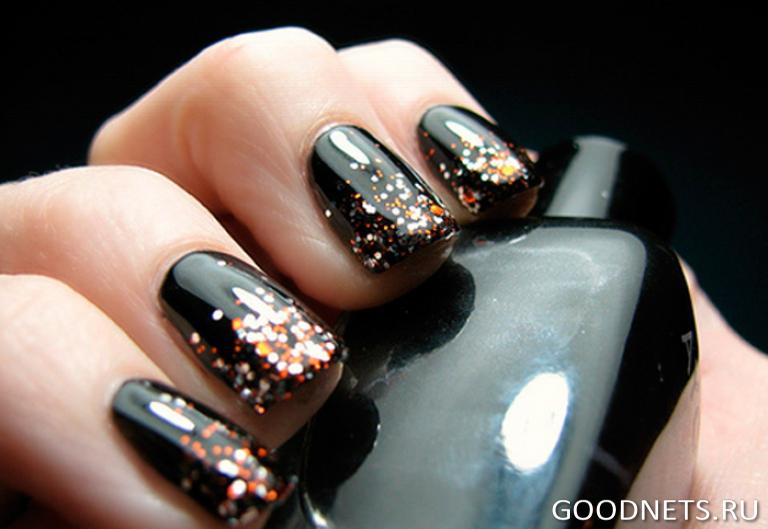 Черные блестки и черный лак на ногтях